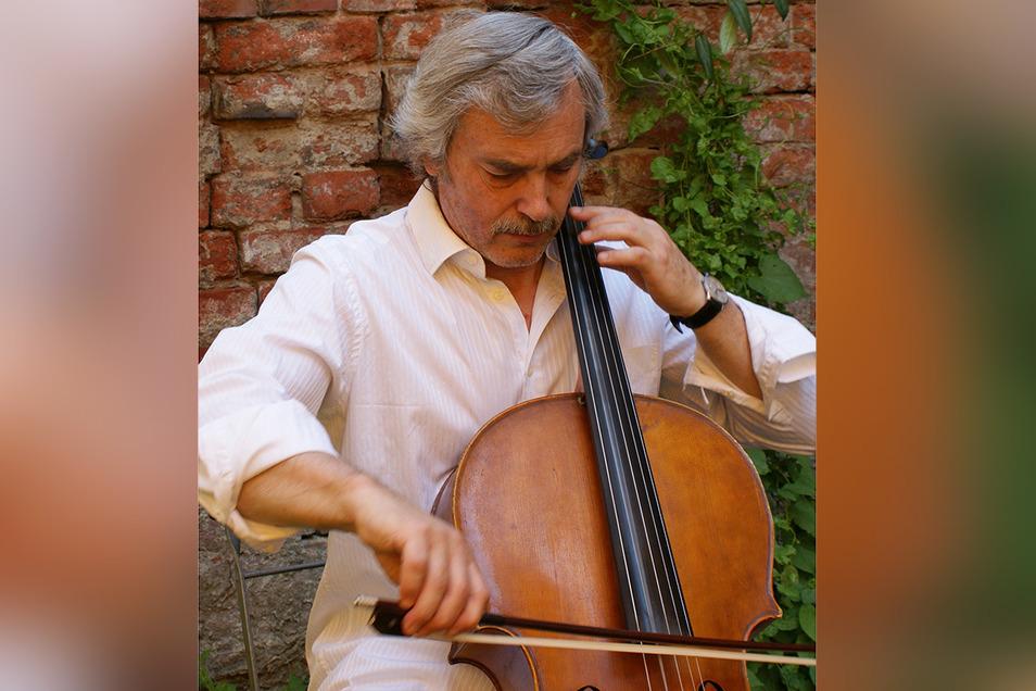 Der Dresdner Cellist Ulrich Thiem spielt zu vier Gottesdiensten in der Region Altenberg.