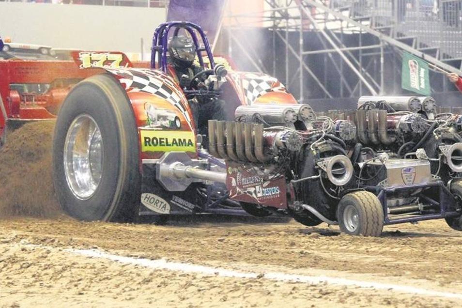Wenn die Traktoren den Bremswagen in Bewegung setzen, werden riesige Zugkräfte freigesetzt. Das Vorderrad des Traktors hebt vom Erdboden ab, das Gemisch aus Lehm und Sand wird mit den Hinterrädern aufgewühlt. Gelegentlich speit der Motor Feuer. Immer begl