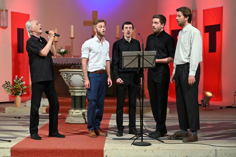Werther Lohse singt mit Alexander Deke, Elias Riemenschneider, Vincent Hoppe und Moritz Schlenstedt (v.l.) in der Christuskirche Freital-Deuben.