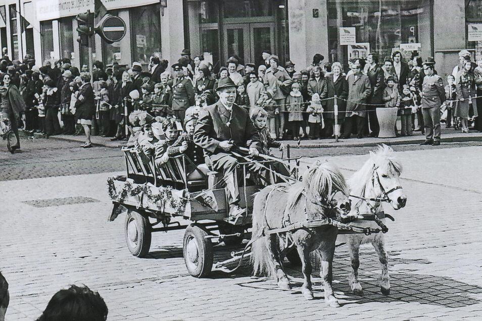Direktor Arnold Müller als Kutscher eines Ponygespanns