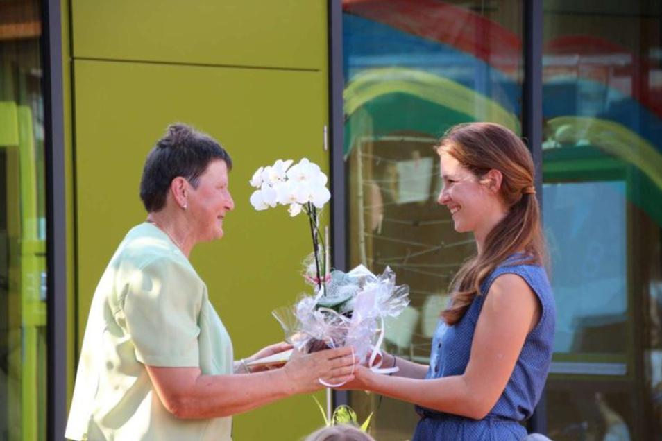 Barbara Zschornack (l.) erhielt nicht nur eine Torte in Herzform, sondern von KitaLeiterin Viktoria Brìzan auch Blumen zum Abschied. Jetzt kann sie ihren verdienten Ruhestand genießen.