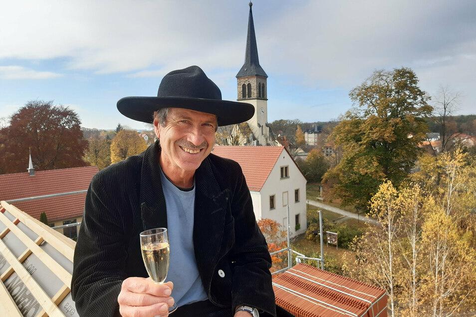Zimmerer Albrecht Frank stieß beim Richtfest am Rossplatz in ottendorf mit einem Glas Sekt an. 13 Wohnungen entstehen hier.