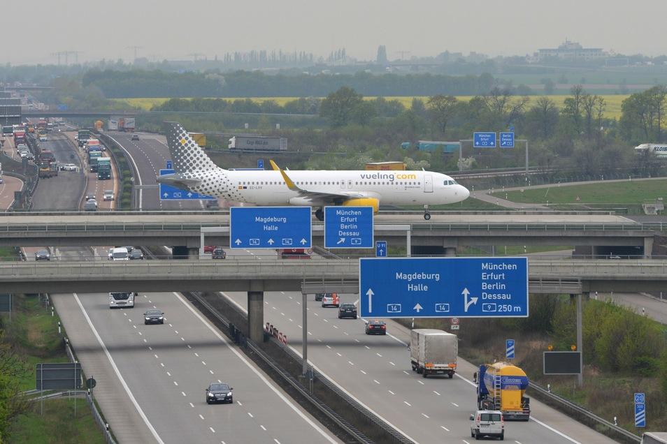 Eine Vueling-Maschine in Leipzig: Die spanische Airline startet ab November auch nach Paris-Orly.