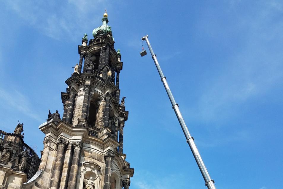 Bis in 45 Meter Höhe musste der Kran diese Woche seinen Arm ausfahren, um Gerüstteile von der Hofkirche zu bugsieren. Viel Aufwand ist nötig, um das 1751 fertiggestellte Gotteshaus zu erhalten.