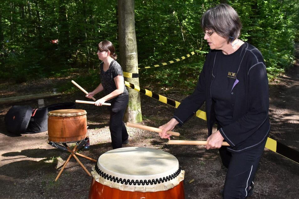 Auf Japanischen Trommeln feuern Annette Decker und Susanne Gerster (l.) die Läufer an der Stecke an.