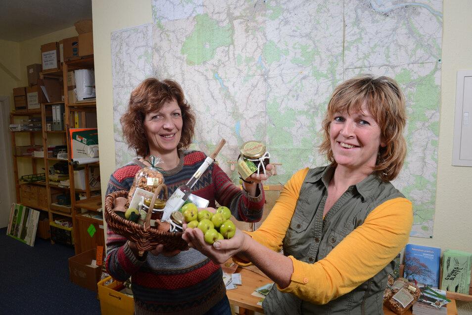 Anke Proft (re.) und Simone Heinz beschäftigen sich im Rahmen von Projekten der Grünen Liga seit vielen Jahren mit dem Wildapfelbaum und dessen Verwertung.