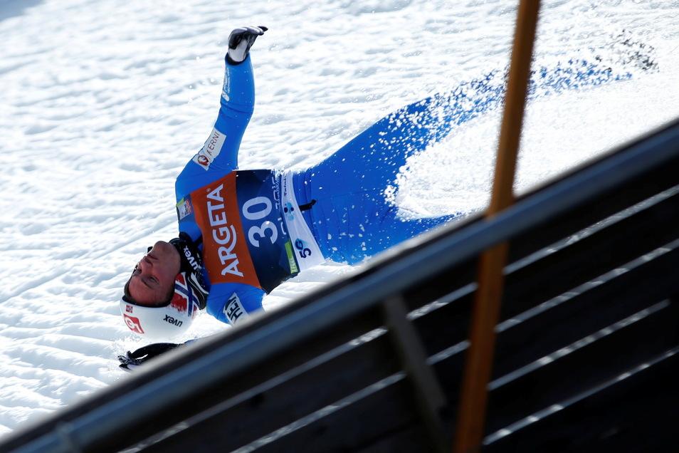 Tande war in seinem Probeversuch in Schieflage geraten und mit hoher Geschwindigkeit nach 78 Metern auf den Vorbau der Skiflugschanze geknallt.