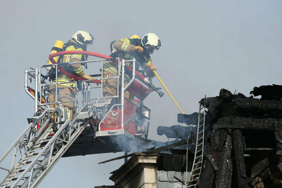 Bis zum Mittag waren fast hundert Feuerwehrleute im Einsatz um einen Hausbrand an der Buchenstraße im Dresdner Hechtviertel zu löschen.
