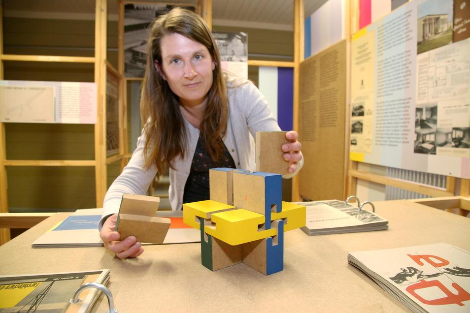 Wie der berühmte Wachsmann-Knoten funktioniert, zeigt Museumsmitarbeiterin Claudia Wieltsch im Wachsmannhaus. Dieser Knoten verbindet Holzelemente ohne Nägel und Schrauben.