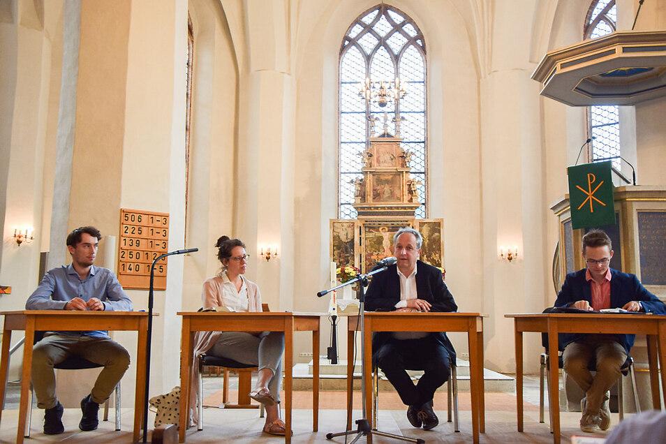 Podiumsdiskussion in der Johanneskirche: Im Bild zu sehen sind (v. l.) Jan Koark, Lydia Renz, Bischof Dr. Christian Stäblein und Leon Eckelmann.
