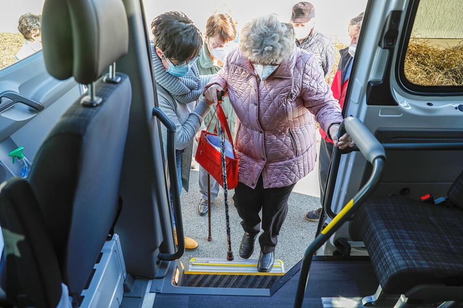 Bürgermeisterin Sylvia Hölzel (links) betreute persönlich die Senioren bei der Abfahrt.