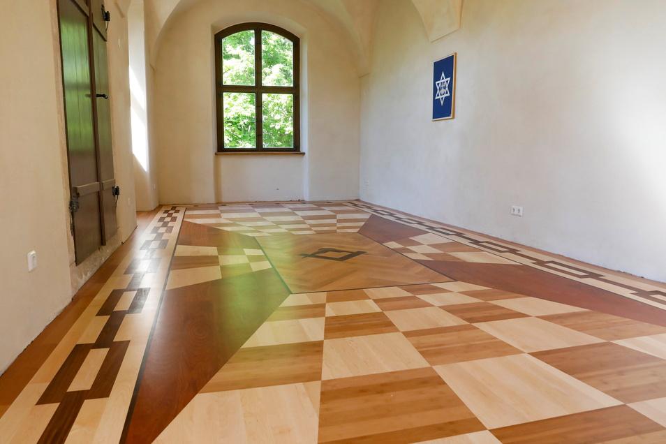 Den Balkonraum schmückt nun ein sogenanntes illusionistisches Muster, dass den Eindruck eines steil abfallenden Bodens erweckt.