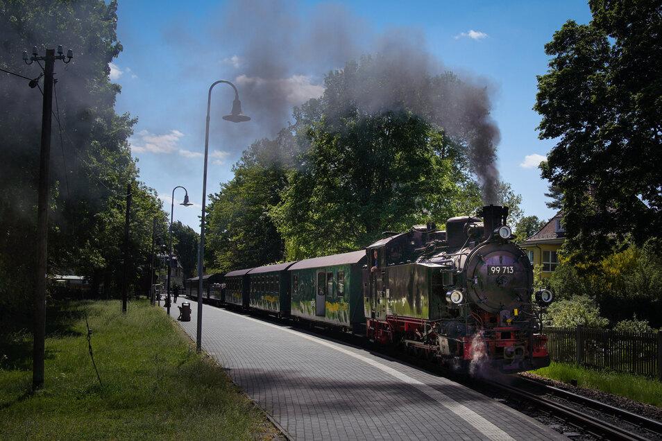 Unter Dampf: Rund 500 Passagiere zuckelten vergangenes Wochenende mit der Lößnitzgrundbahn zwischen Radebeul-Ost und Radeburg. Für alle gilt Maskenpflicht – auch offenen im Aussichtswagen.