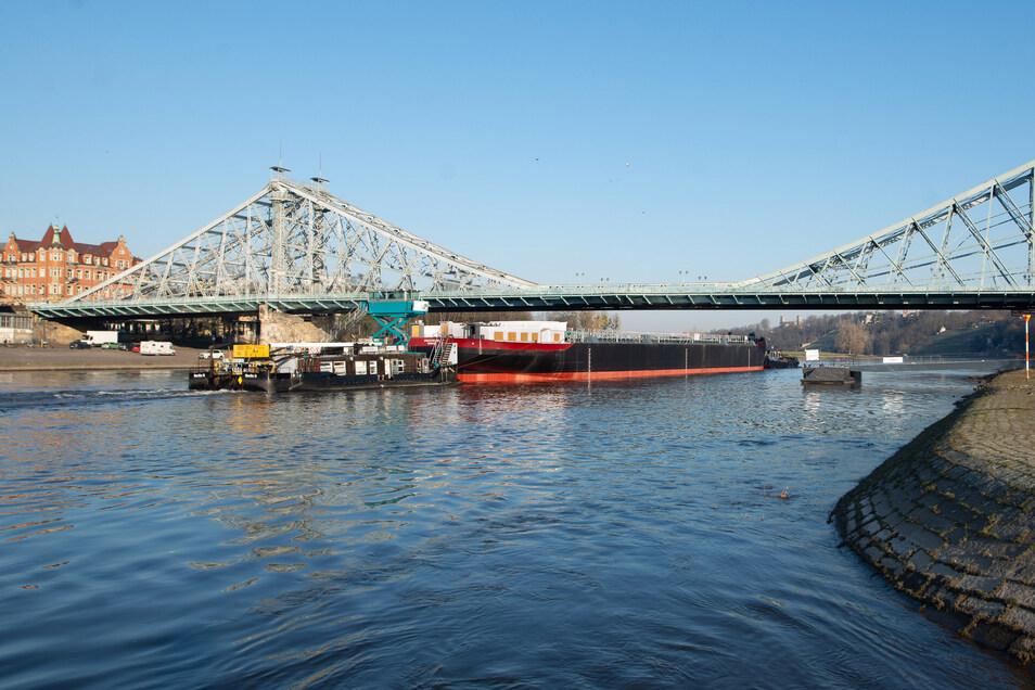 Am Dienstagmorgen schleppen zwei Schubschiffe den Tanker vorbei am Blauen Wunder.