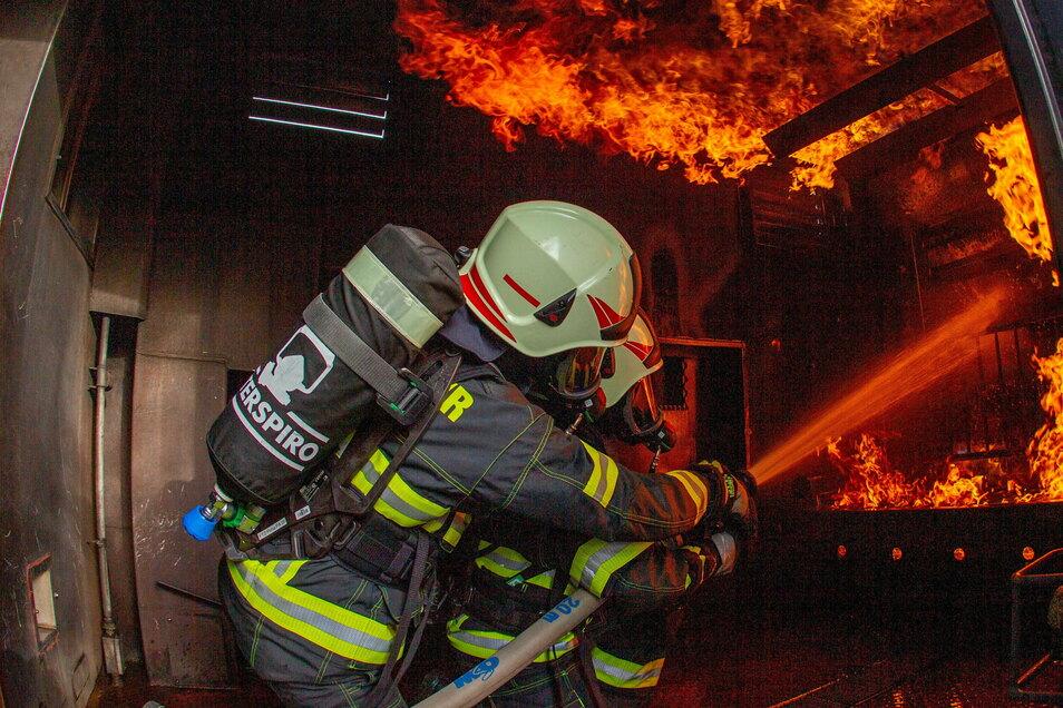 Auch die Görlitzer Feuerwehrmänner üben den Ernstfall regelmäßig in solchen Brandübungscontainern. Schon allein davon kann ein Schutzanzug so beschädigt werden, dass er nicht mehr im Einsatz getragen werden kann.
