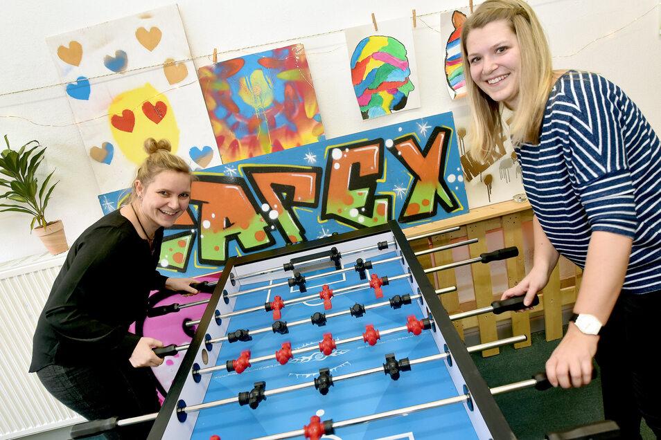 Jugendtreffpunkt Café X in Zittau: Katja Schönborn und Julia Brumme-Neumann (r.) testen sich am Kicker aus, an dem auch die Jugendlichen gern spielen.