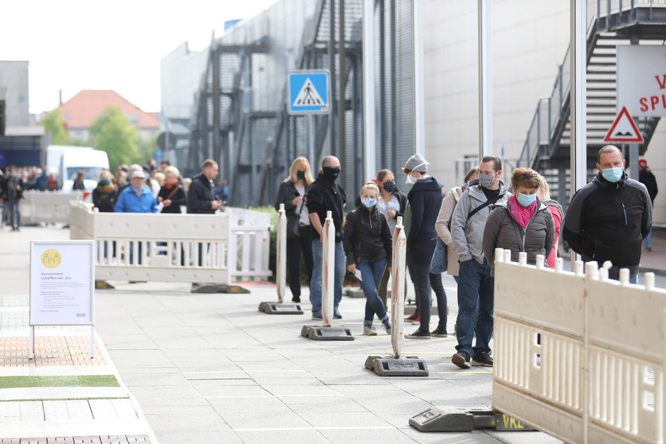 Im Abstand von 1,50 Metern warten die Kunden geduldig vor dem Ikea-Markt im Elbepark. Die Warteschlange reicht am Morgen vom Eingang bis zum Parkhaus, später ist es deutlich entspannter.