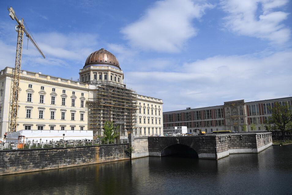 Blick auf die Baustelle des Freiheits- und Einheitsdenkmal am Schinkelplatz vor dem Berliner Schloss. Ursprünglich sollte das Denkmal zum 30. Jahrestag des Mauerfalls im November 2019 eröffnet werden.