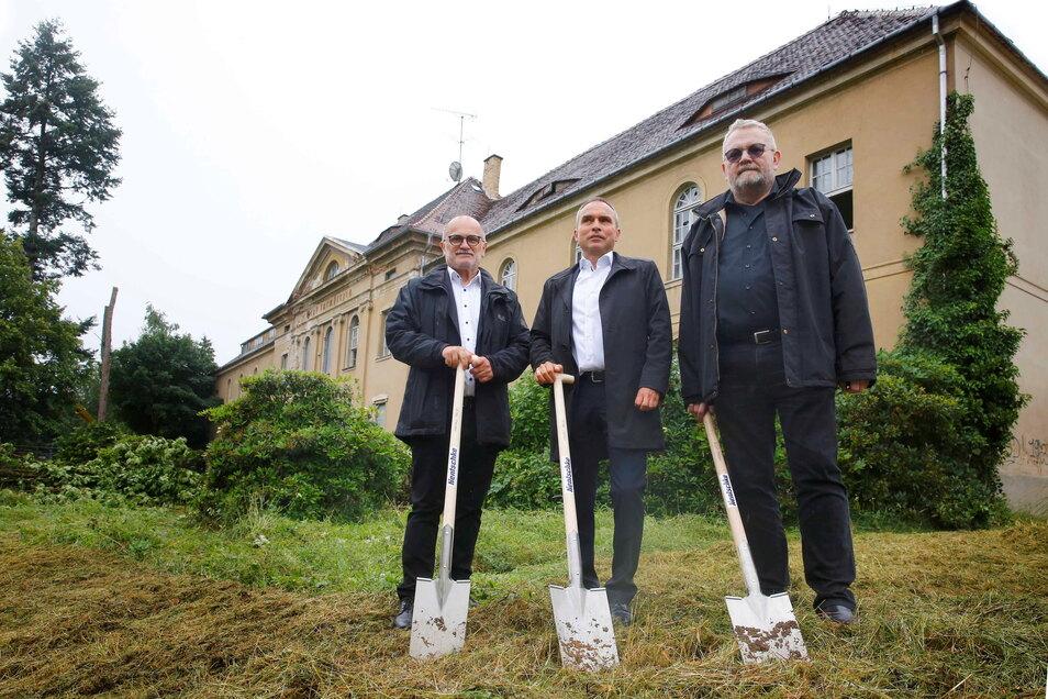 Spatenstich für den Baustart am alten Kamenzer Krankenhaus: OB Roland Dantz, Hentschke-Bau-Geschäftsführer Thomas Alscher und Reiner E. Rogowski (v.l.) von den Oberlausitz-Kliniken.