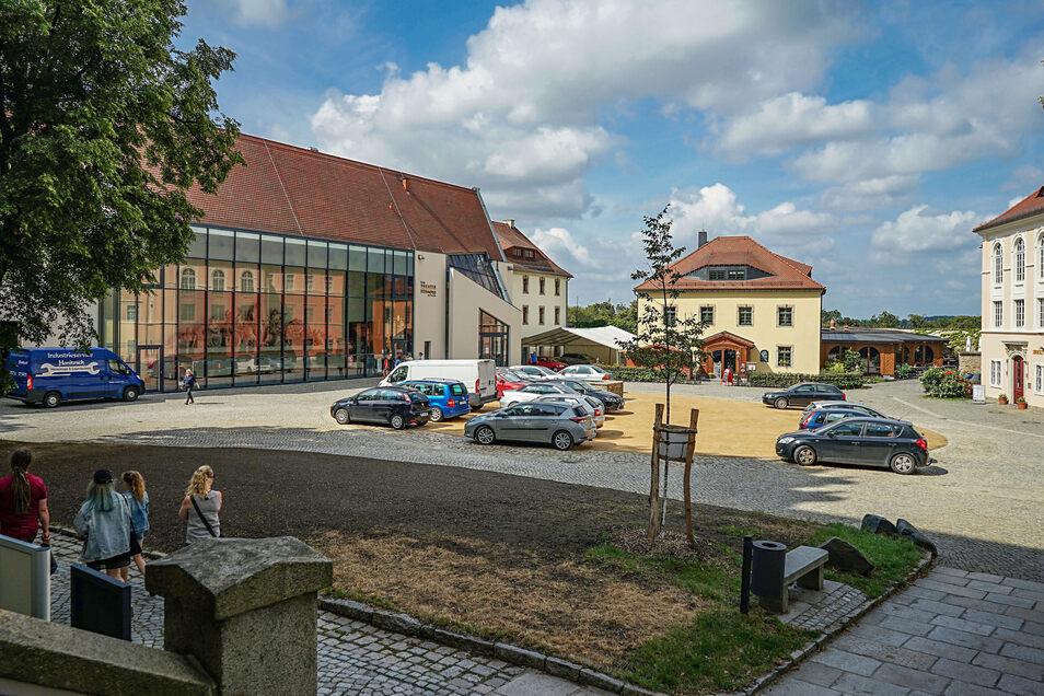 Parken verboten: Auf dem Hof der Ortenburg dürfen Touristen und Anwohner der Stadt eigentlich nicht ihr Auto abstellen. Doch an die Regel halten sich nicht alle. Das Landratsamt will die Falschparker nun nicht länger dulden.