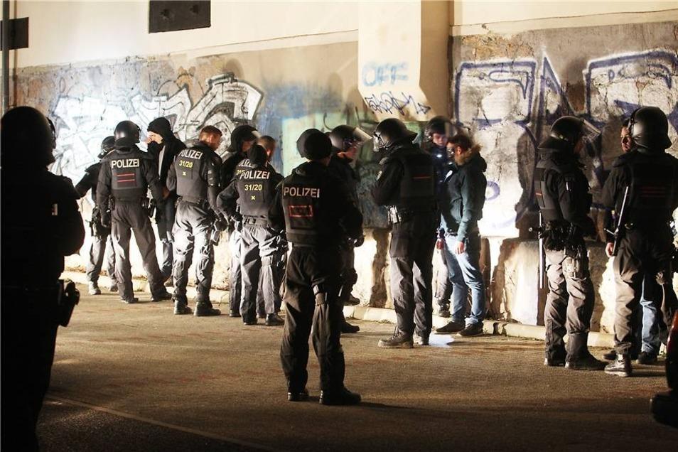 Nach Polizeiangaben gab es zwei Festnahmen. Zuvor hatte es Berichte über drei Festnahmen gegeben.