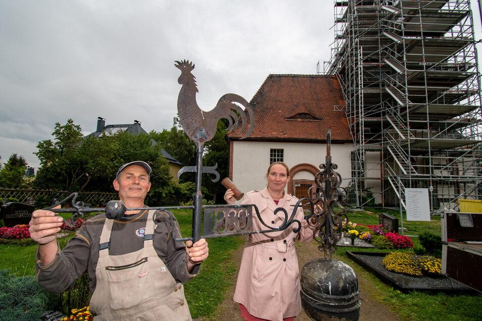 Pfarrerin Susanne Willig und Otmar Reim vom Kirchenvorstand zeigen die Turmspitze der Sankt-Margaretha-Kirche Schönerstädt. Eine darin verborgene Hülse offenbarte zeitgeschichtliche Dokumente.