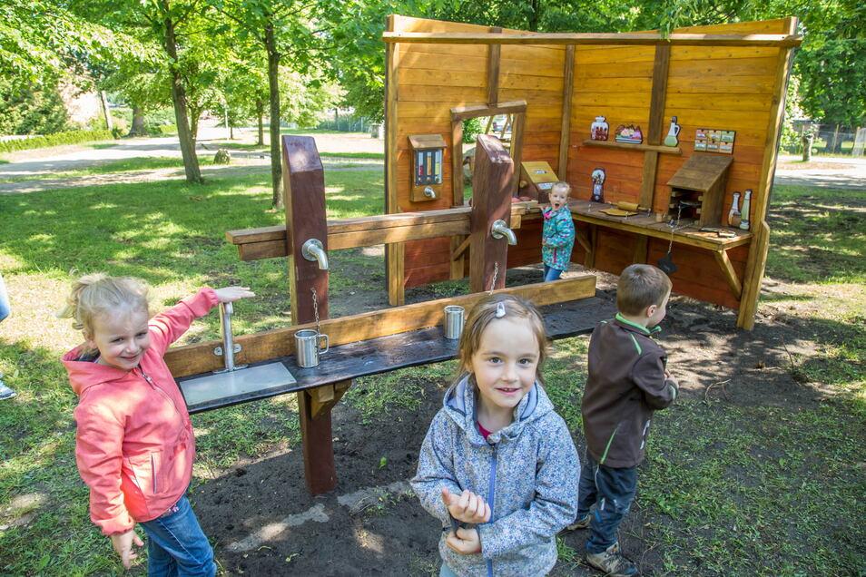 """Kinder aus der ASB-Kita """"Kunterbunt"""" in Kreba-Neudorf besuchen gern den Spielplatz nebenan. Eine Betriebsruhe gibt es für die Kita nicht."""
