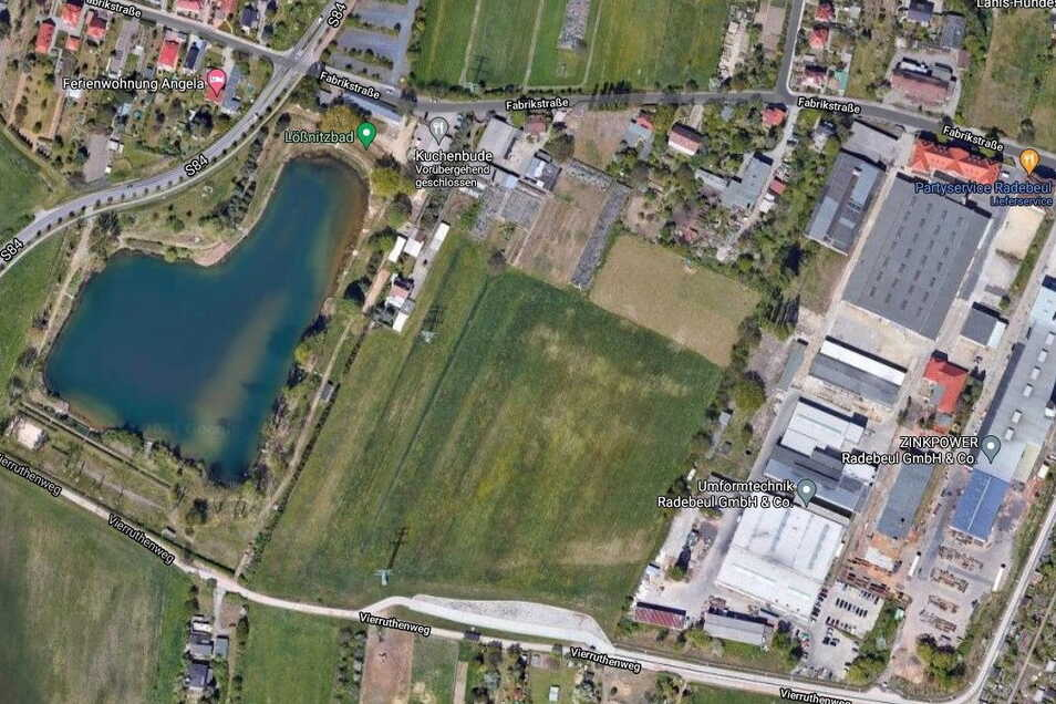 Die Fläche liegt zwischen Lößnitzbad (l.) und dem Werksgelände von Umformtechnik Radebeul. Screenshot