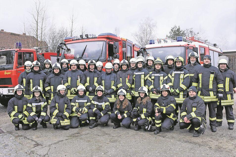 Die Teilnehmer des ersten Kompaktlehrganges für künftige Feuerwehrleute stellen sich mit ihren Ausbildern auf dem Gelände der Fema Rietschen zum Gruppenfoto.