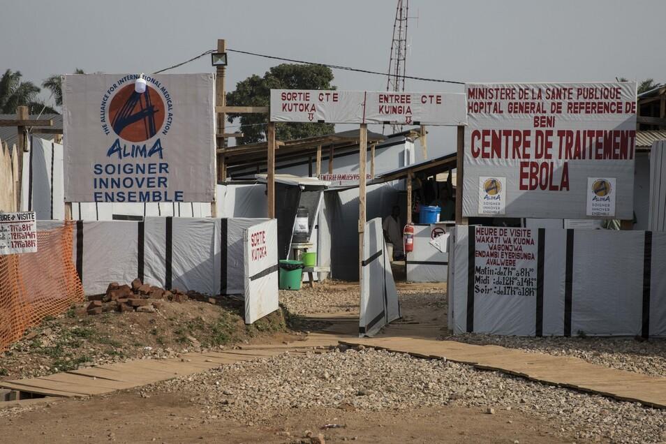 Der Eingang zum Alima Ebola ETC (Ebola-Behandlungszentrum).