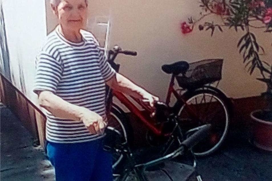 Dieser ungarische Rentner freut sich über einen Rollator.