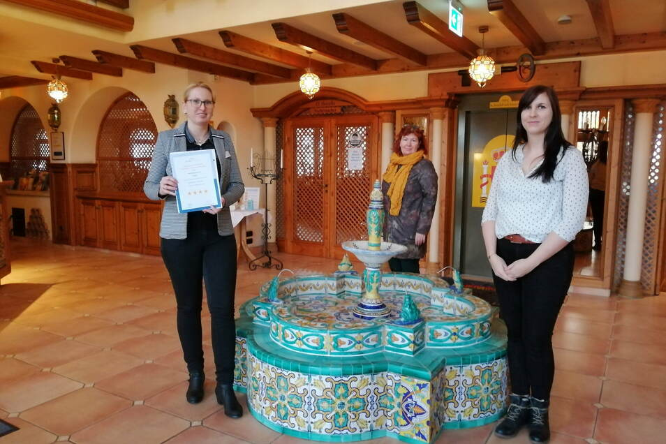 Freude mit Abstand: Susan Hoffmann vom Spanischen Hof in Gröditz durfte jetzt das Zertifikat für die Vier-Sterne-Klassifizierung entgegennehmen. Katrin Kerpa von der Dehoga und Antje Pohl vom Tourismusverband (v.l.) hatten es im Gepäck.