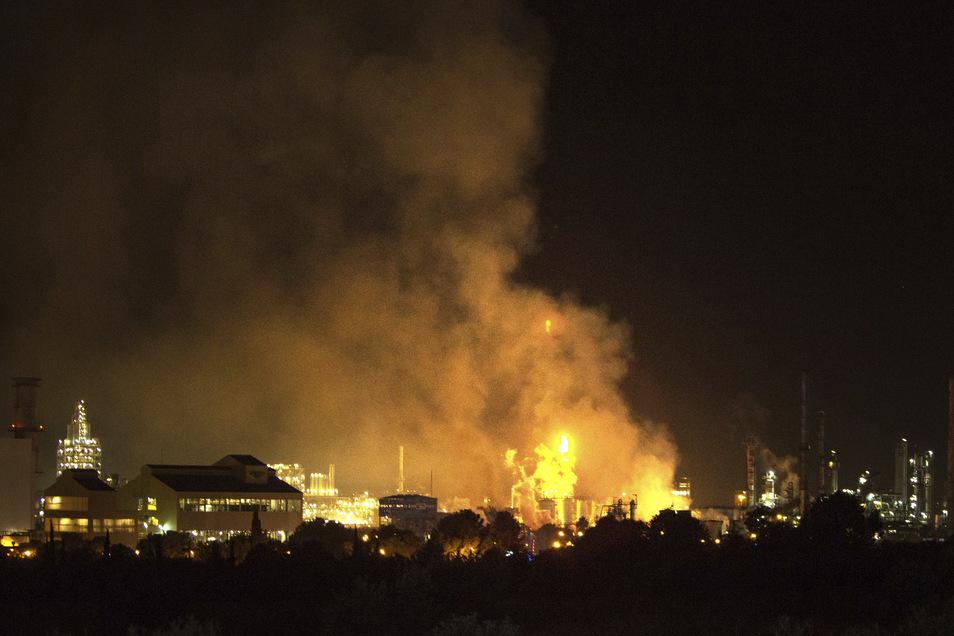 Rauch steigt nach einer Explosion in einem Chemiepark in der Nähe der nordostspanischen Hafenstadt Tarragona auf. Mehrere Menschen wurden dabei verletzt und ein Mensch kam ums Leben.