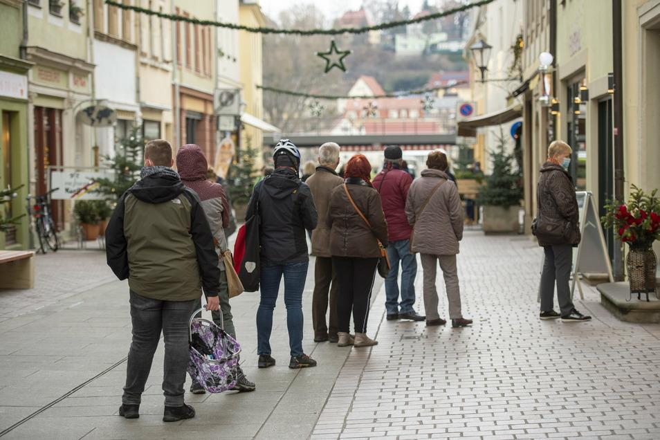 Vor dem Kunsthandwerksladen in der Dohnaischen Straße hat sich am Mittwochmorgen eine längere Warteschlange gebildet.