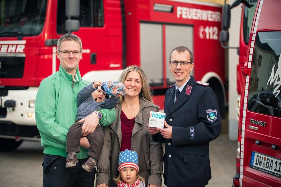 Auch Familie Gerber aus Bannewitz hat einen Rauchmelder zur Geburt ihres Sohnes erhalten. Rechts Heiko Wersig, Gemeindewehrleiter.