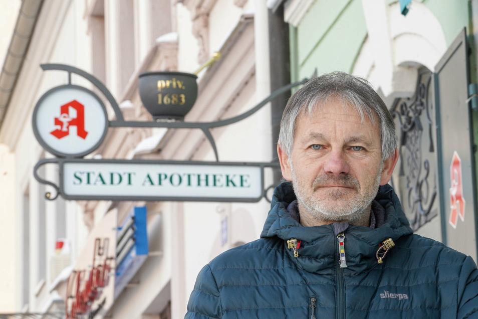 Rainer Klotsche hat den schmiedeeisernen Schiebock als Werbung für seine Stadt-Apotheke in Bischofswerda an der Fassade installieren lassen. Der erste Entwurf stammt von ihm selbst.