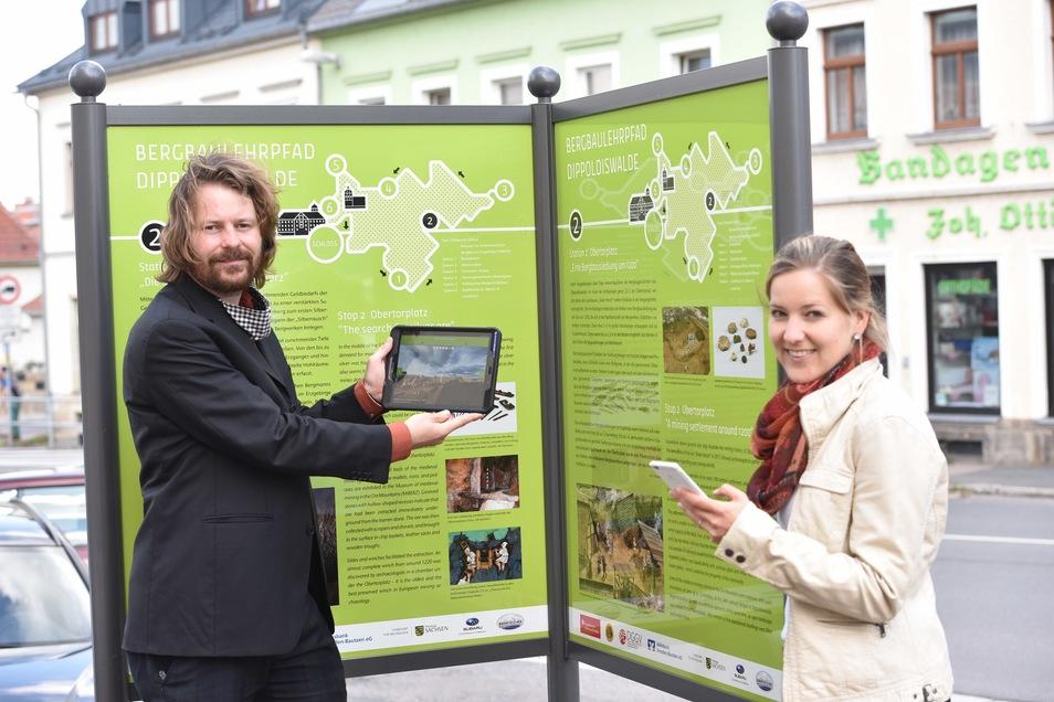 Handy-App-Koordinator Christoph Lobinger und Linda Burghardt, die Leiterin des Miberz-Museums in Dippoldiswalde, sehen sich am Obertorplatz das Panorama der Bergstadt im Mittelalter an.