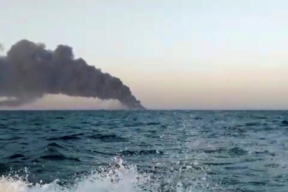 """Ein Standbild aus einem Video zeigt schwarzen Rauch, der von dem iranischen Marine-Unterstützungsschiff """"Charg"""" aufsteigt."""