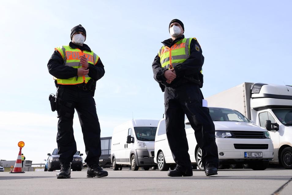 Bundespolizisten stehen im Rahmen von Grenzkontrollen der Bundespolizei an der deutsch-tschechischen Grenze auf einem Rastplatz an der Autobahn 17.