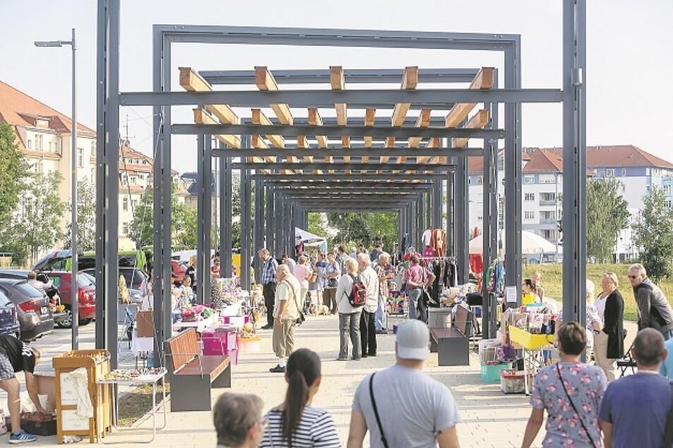 Freitals Neumarkt ist endlich fertig. Am Sonnabend wurde Wiedereröffnung gefeiert. Unter der neuen Pergola fand erstmals ein Flohmarkt statt, der auch gut nachgefragt war.