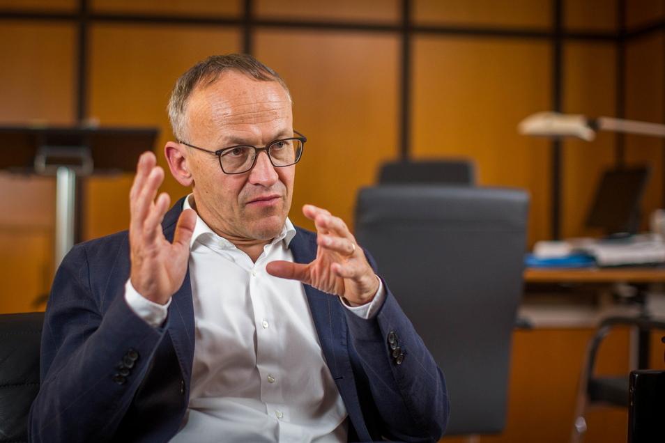Finanzbürgermeister Peter Lames hat eine klare Meinung zu den Dynamo-Krawallen, sieht die Unterstützung des Vereins aber auch als Pflicht an.