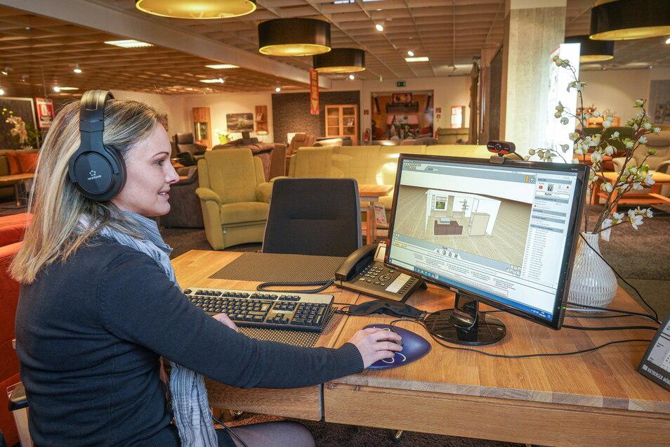 Silvana Bartner leitet die Bautzener Filiale von Multi-Möbel. Über Telefon und Computer berät sie während des Lockdowns Kunden beim Möbelkauf.