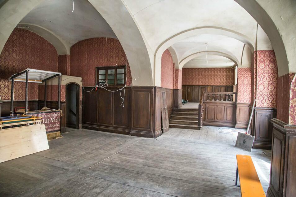 """Einer der meist genutzten Orte im Braunen Hirsch: die Eingangshalle. Die Tapete an den Wänden stammt noch vom """"Zauberlehrling""""."""