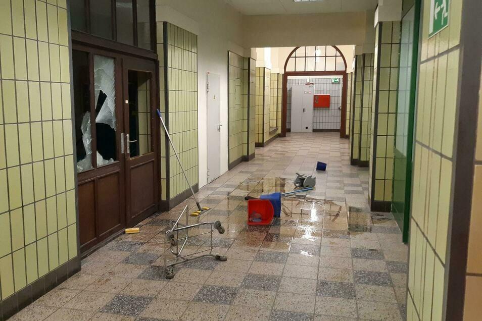 Solche Bilder mutwilliger Zerstörungen in und an Bahnhöfen - wie hier im Bahnhof Zittau - nimmt die Bundespolizei immer wieder auf.