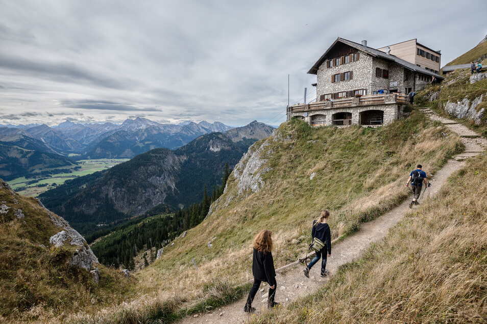 Bayern, Pfronten: Wanderer gehen zur Bad Kissinger Hütte. Wegen strenger Corona-Regeln für Übernachtungsgäste stellt sich der Deutsche Alpenverein auf eine schwierige Hütten-Saison in Bayern ein.