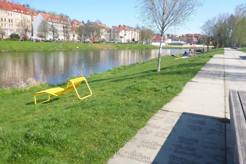 Fünf neue Liegen in sonnengelb stehen jetzt im Uferpark an der Görlitzer Neiße.