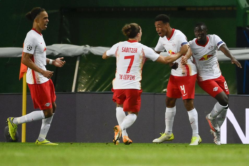 Die Fußballer von RB Leipzig bejubeln ihren Erfolg.