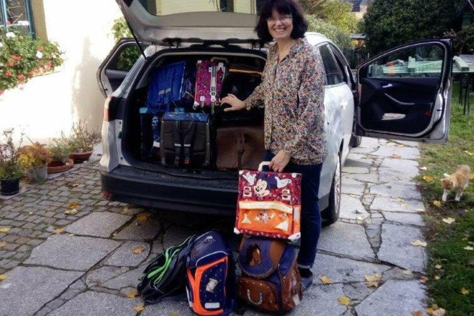 """Karin Morgenroth von der evangelisch-lutherischen Kirchgemeinde Kamenz brachte 85 gespendete Schulranzen kürzlich zur Sammelstellen von """"Helfen macht Schule"""" nach Dresden."""