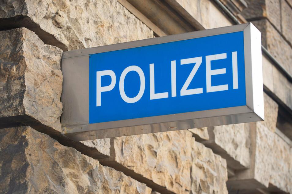 Die Polizei ermittelt wegen Sachbeschädigung.