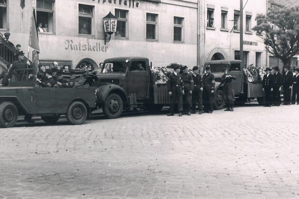 Der Trauerzug mit den beiden Särgen auf den Lkw's führte vom Hoyerswerdaer Markt aus vermutlich zum Friedhof im Bereich des heutigen Parks am Martin-Luther-King-Haus.